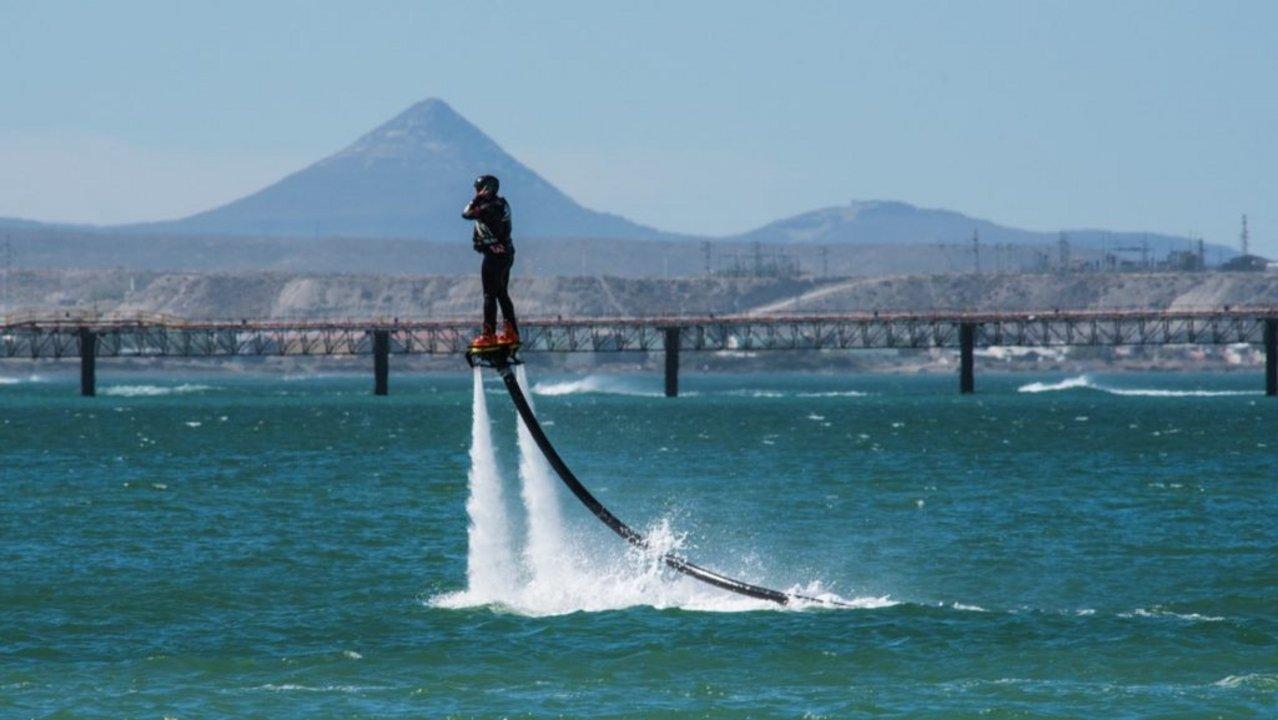 En las playas de Caleta Córdova se pueden realizar diferentes deportes náuticos.