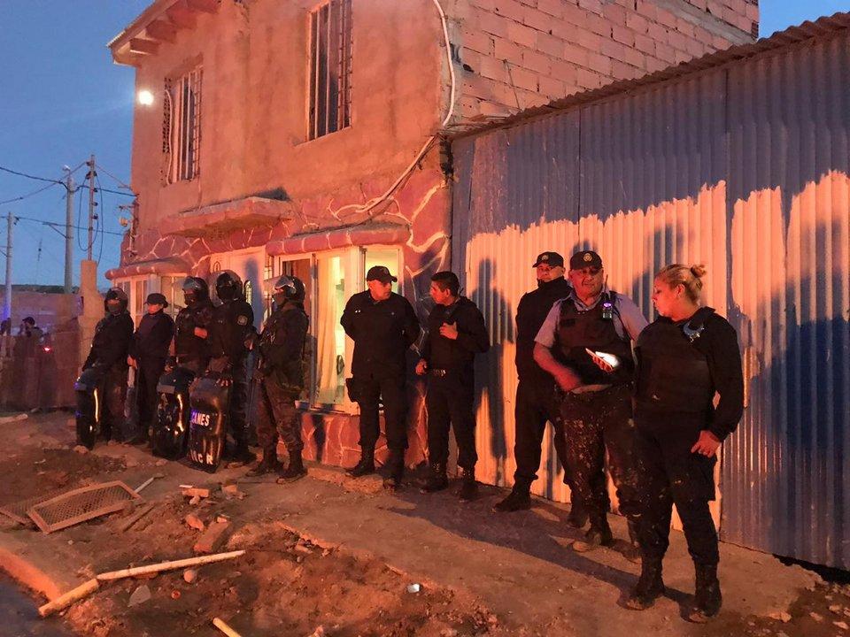 Así custodiaba la policía la casa del presunto abusador. Foto: Adnsur