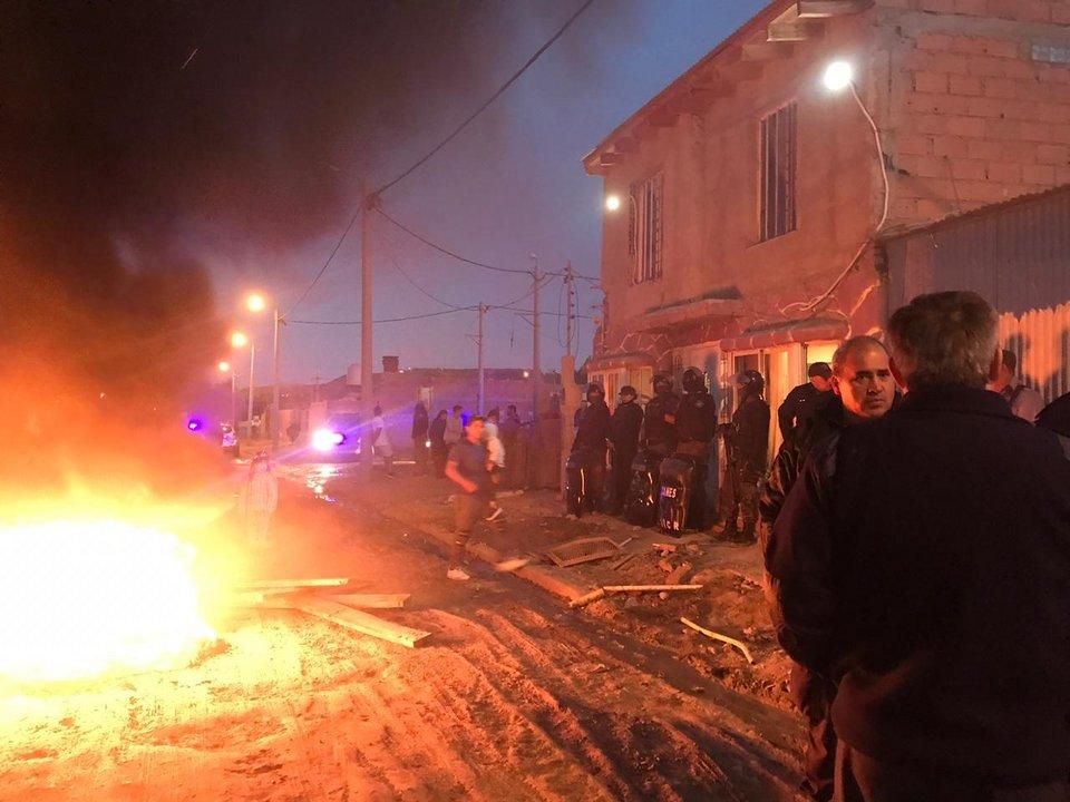 Vecinos quemaron cubiertas en la puerta de ingreso de la casa donde se encontraba el presunto hombre que habría golpeado y violado a un nene de 12 años. Foto: Adnsur