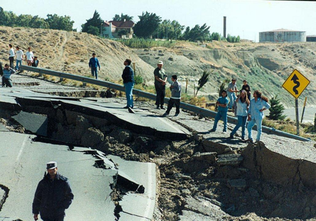 El derrumbe del Cerro Chenque fue noticia nacional. La ciudad quedó dividida producto de la ruptura.