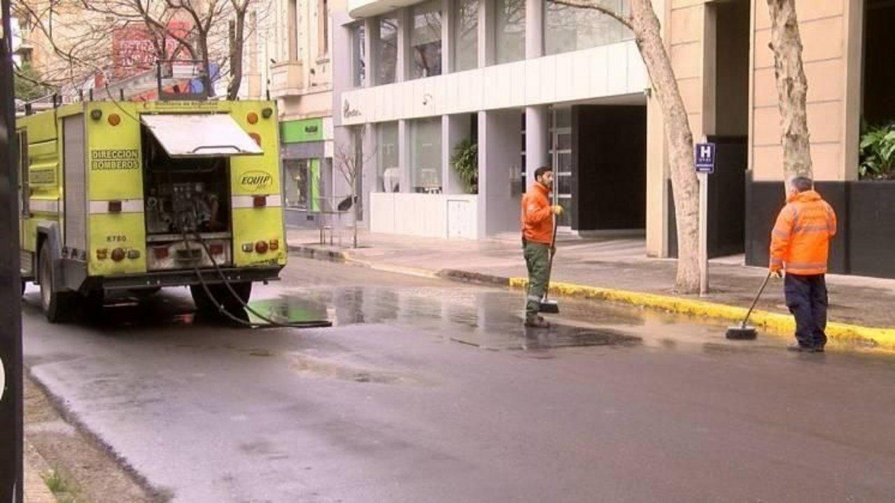 Bomberos limpian las calles para evitar más accidentes.