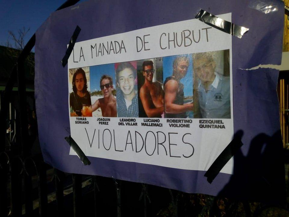 Familiares y amigos de la víctima pegaron carteles afuera de la oficina judicial. Foto: ADNSUR