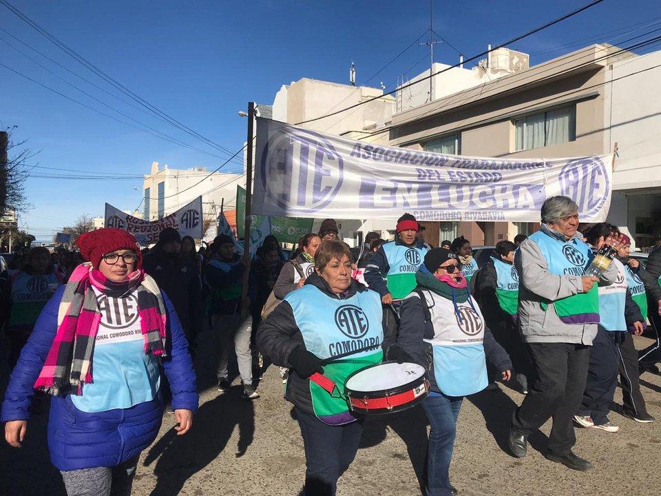 Luego de estar en ruta 3 y 26, y en las puertas de SEROS, estatales marcharon por el centro de Comodoro. Foto: ADNSUR
