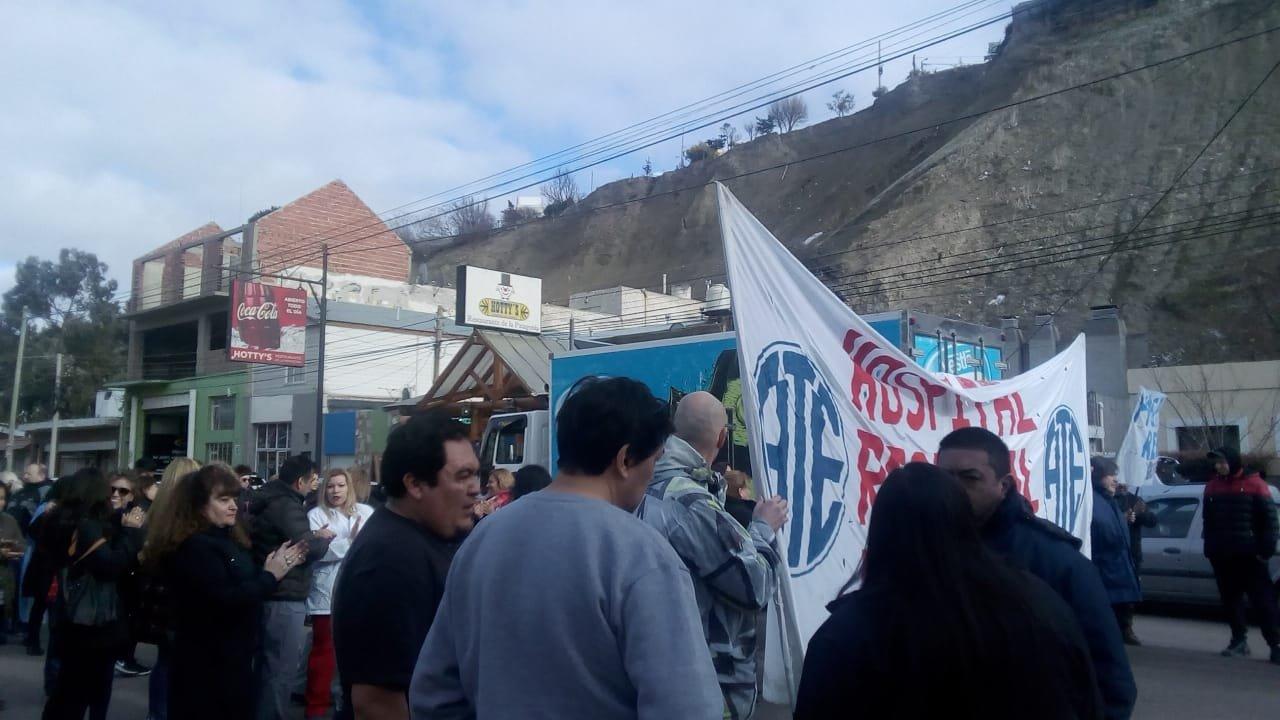 Trabajadores del Regional cortan la Yrigoyen este martes. Foto: ADNSUR