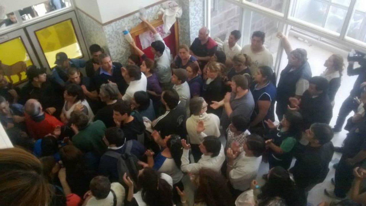Había más de 300 manifestantes que exigían la renuncia de Zaffaroni.