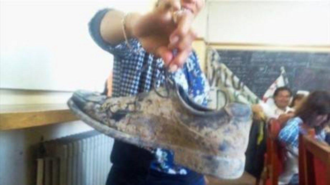 Zaffaroni, al mejor estilo cenicienta, perdió un zapato, y luego lo subieron a un móvil que esperaba su salida.