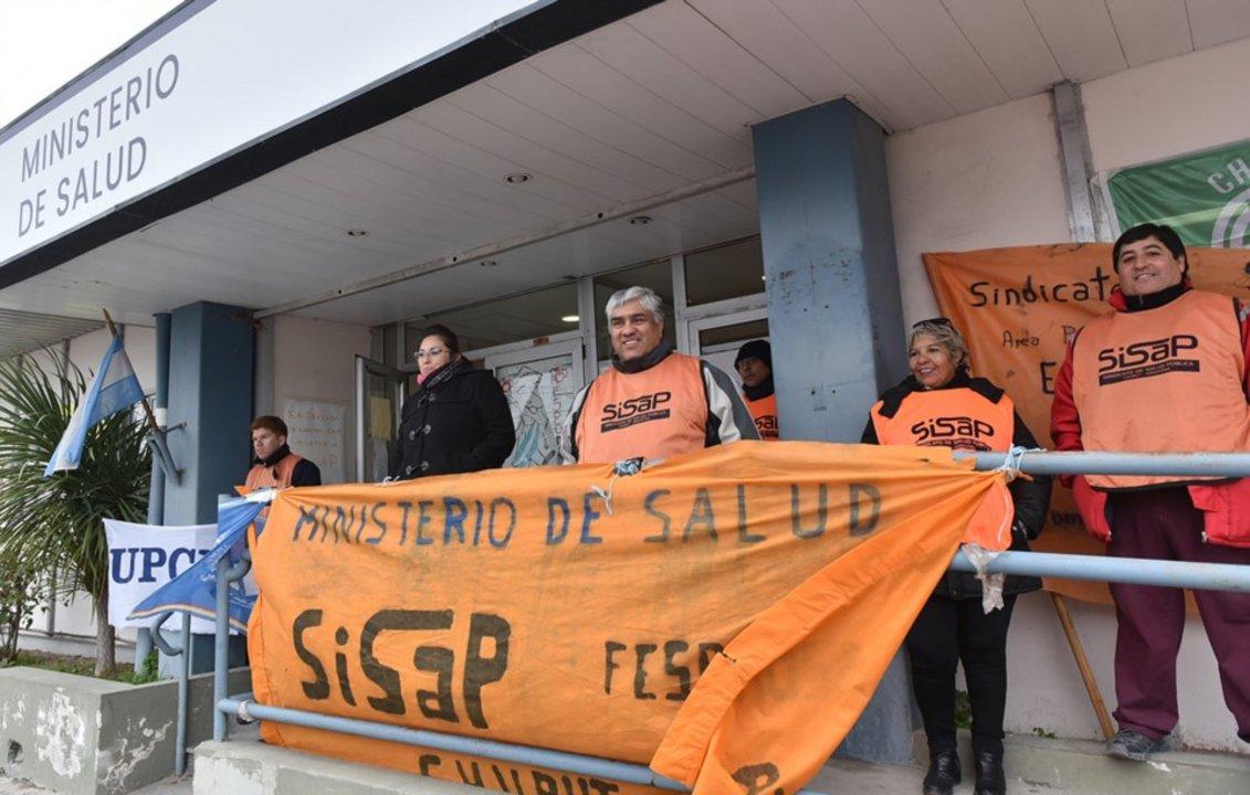 """Trabajadores de la salud analizan pedir evacuar hospitales por estar """"colapsados"""". Foto: Jornada"""