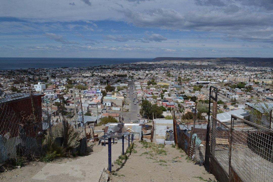 En la zona más alta del barrio La Floresta se ubica el comedor donde decenas de personas llegan cada día, desde el año hacia adelante.