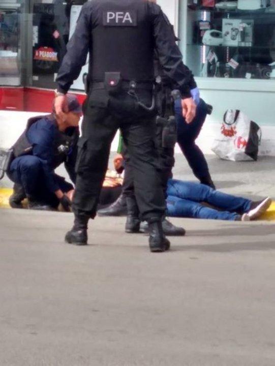 Una de las muejeres quedó tendida en el asfalto tras ser apuñalada. Foto: Abigail, lectora ADNSUR