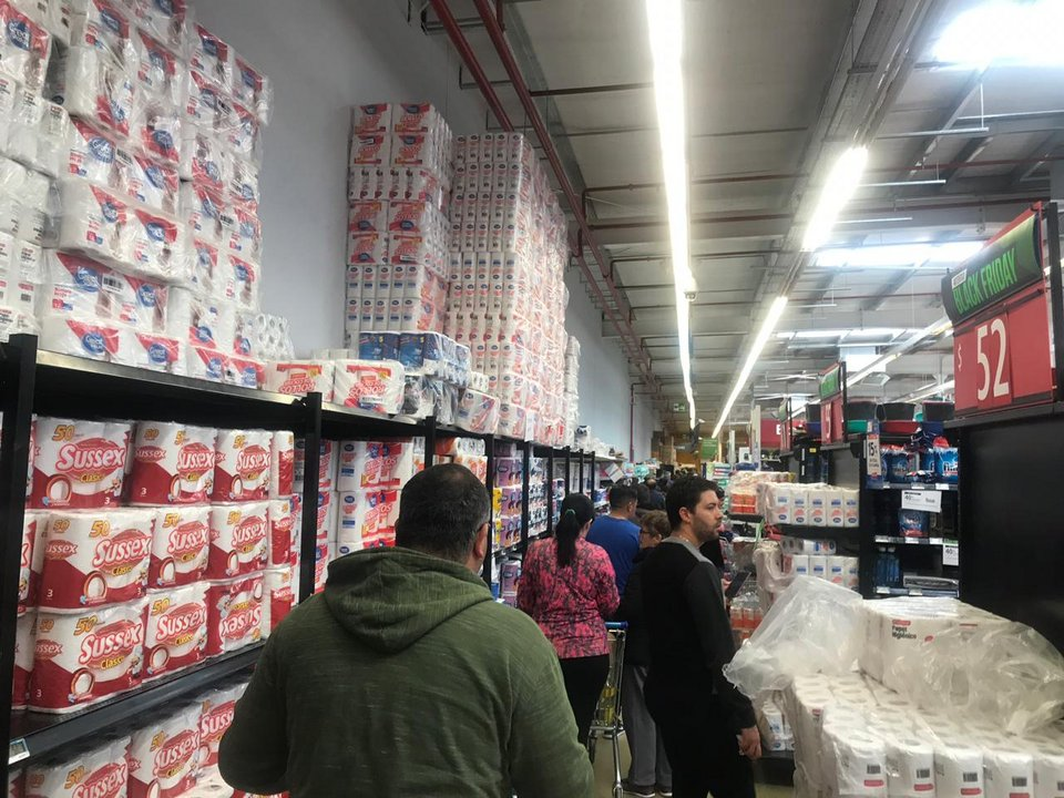 Largas filas se observan en la sucursal de Walmart para poder acceder a la línea de cajas.