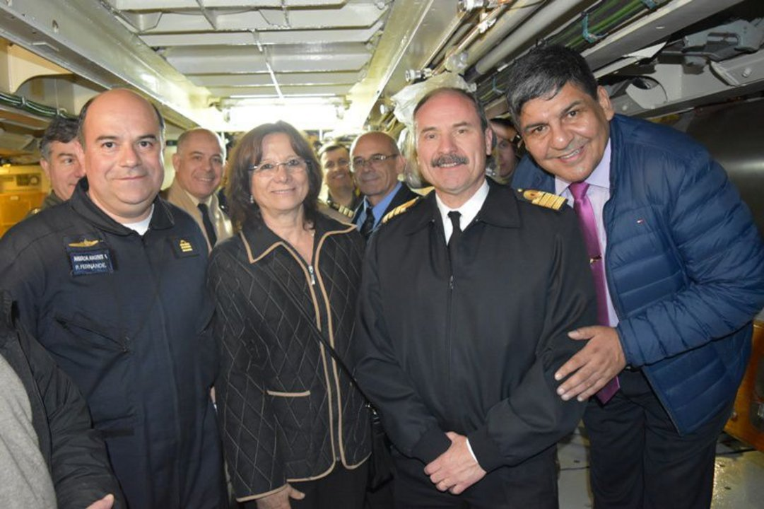 La jueza Battaini y el vicegobernador Arcando, junto a la tripulación del ARA San Juan