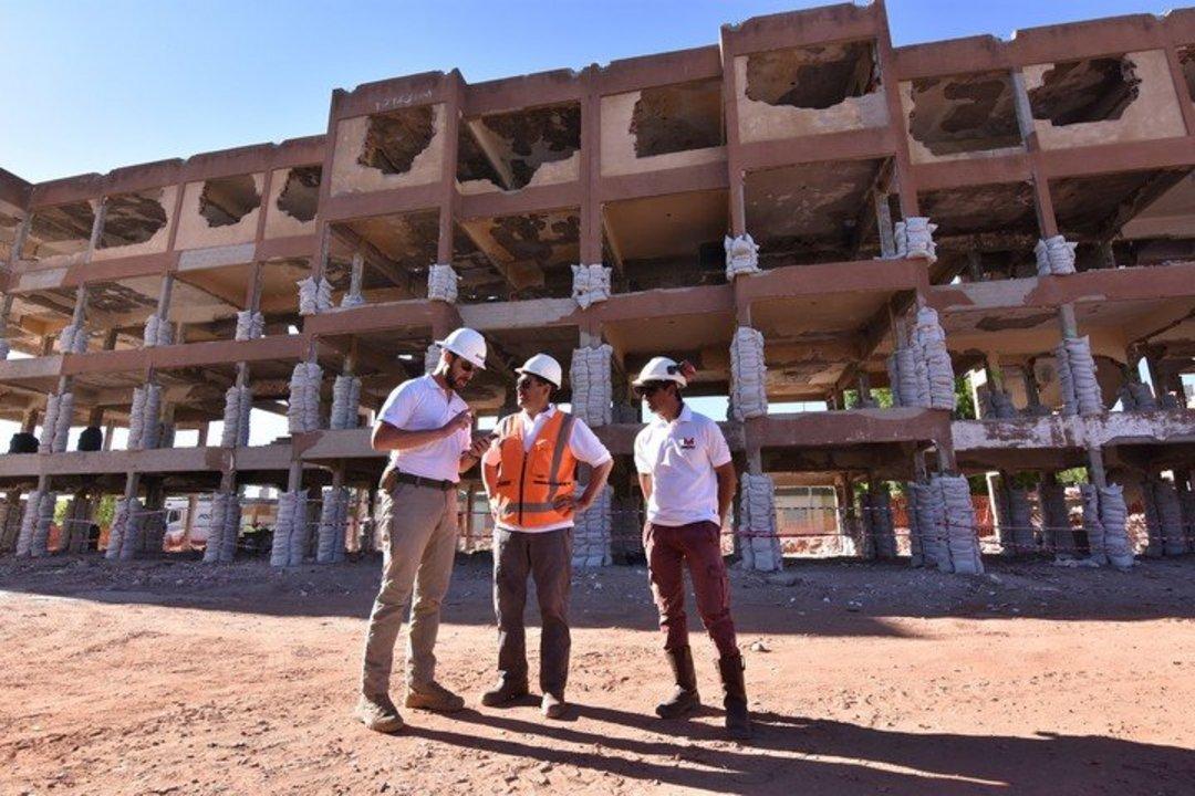 """El edificio aguantadero"""" de Cutral Co, lleno de explosivos antes de la detonación. Foto Fernando Ranni / Diario de Río Negro"""