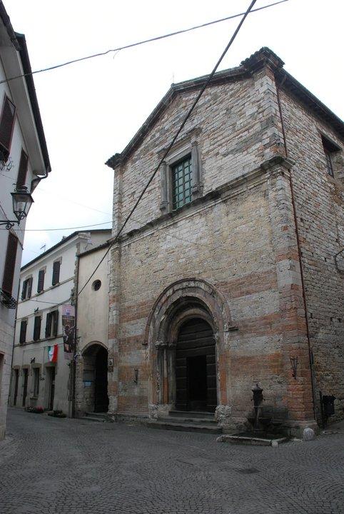 Situado al pie del monte Catria, seduce por su impresionante entorno natural y su historia medieval