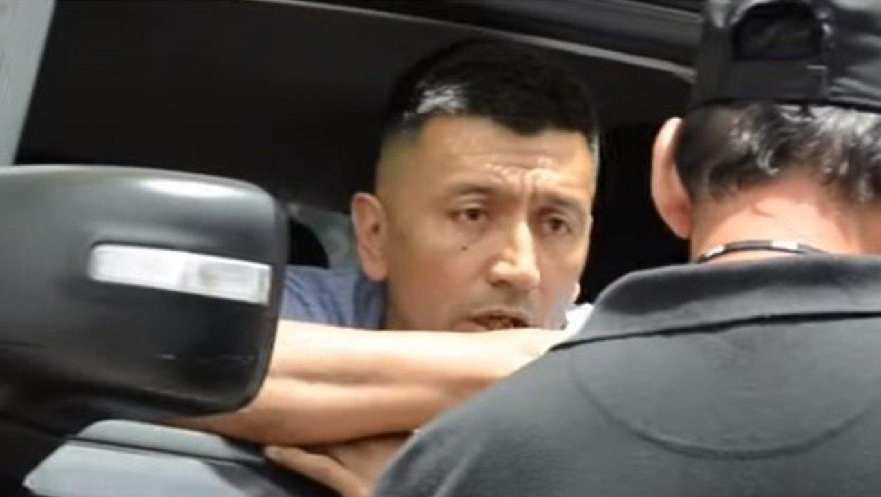 El agresor, atrincherado en su camioneta tras dejar inconsciente a un inspector de tránsito.