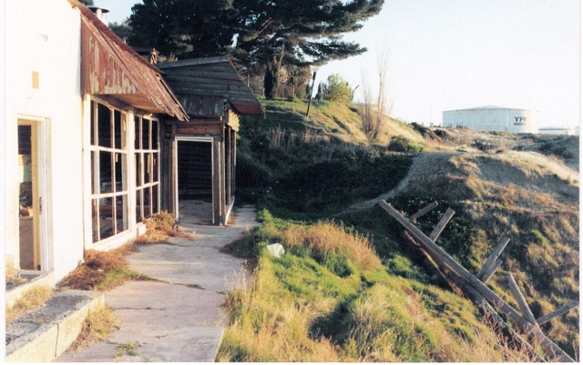 Imagen del quincho del Chalet tomada en 2007, cuando la erosión aún no había avanzado tanto en el limite del terreno.