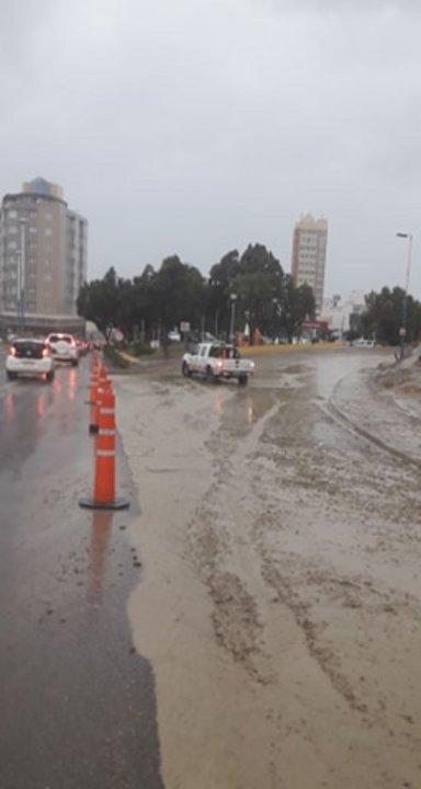 El ingreso a la calle Sarmiento está cortado por agua y barro. Foto: lector de ADNSUR