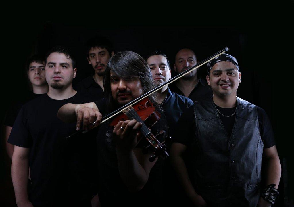El violinista junto a los músicos que lo acompañan en su proyecto solista.