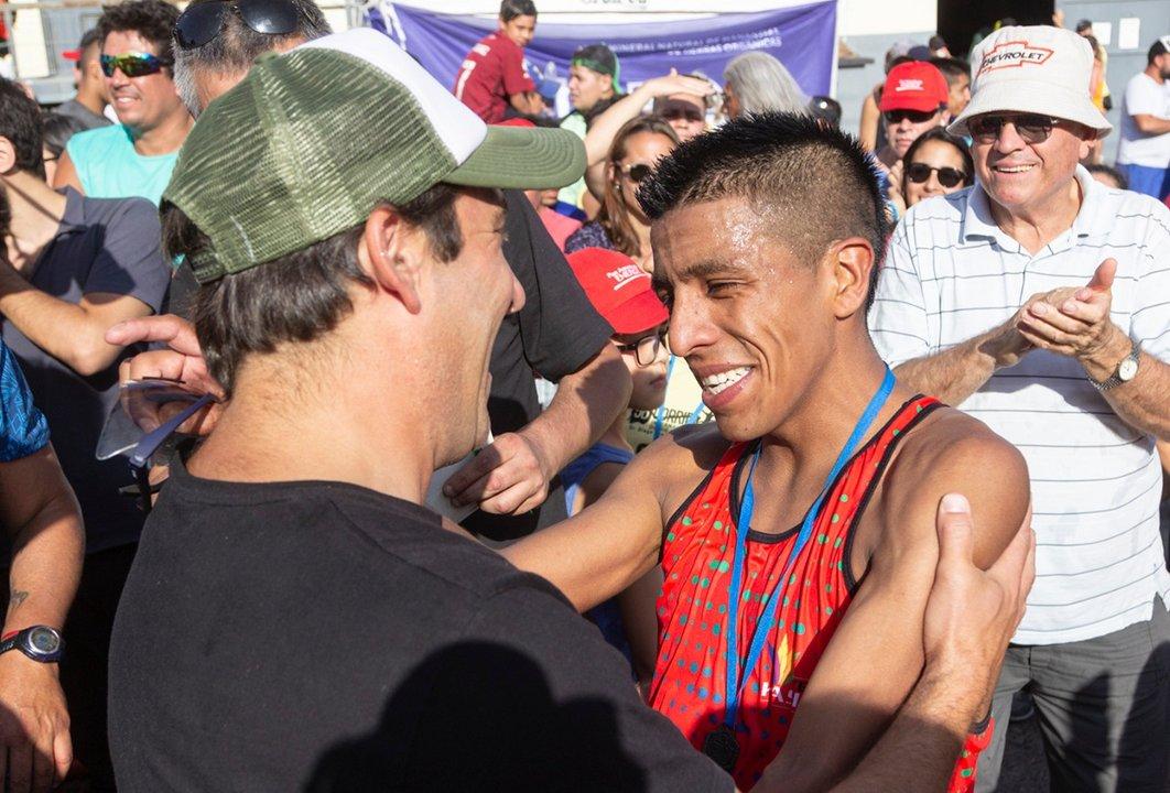 Intendente Juan Pablo Luque junto a los ganadores.