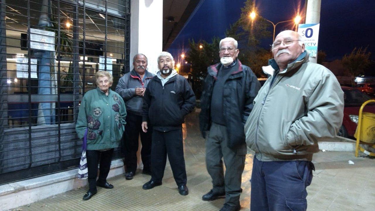Desde las 2 de la mañana que esperan a que el Banco Chubut abra sus puertas. Foto: ADNSUR