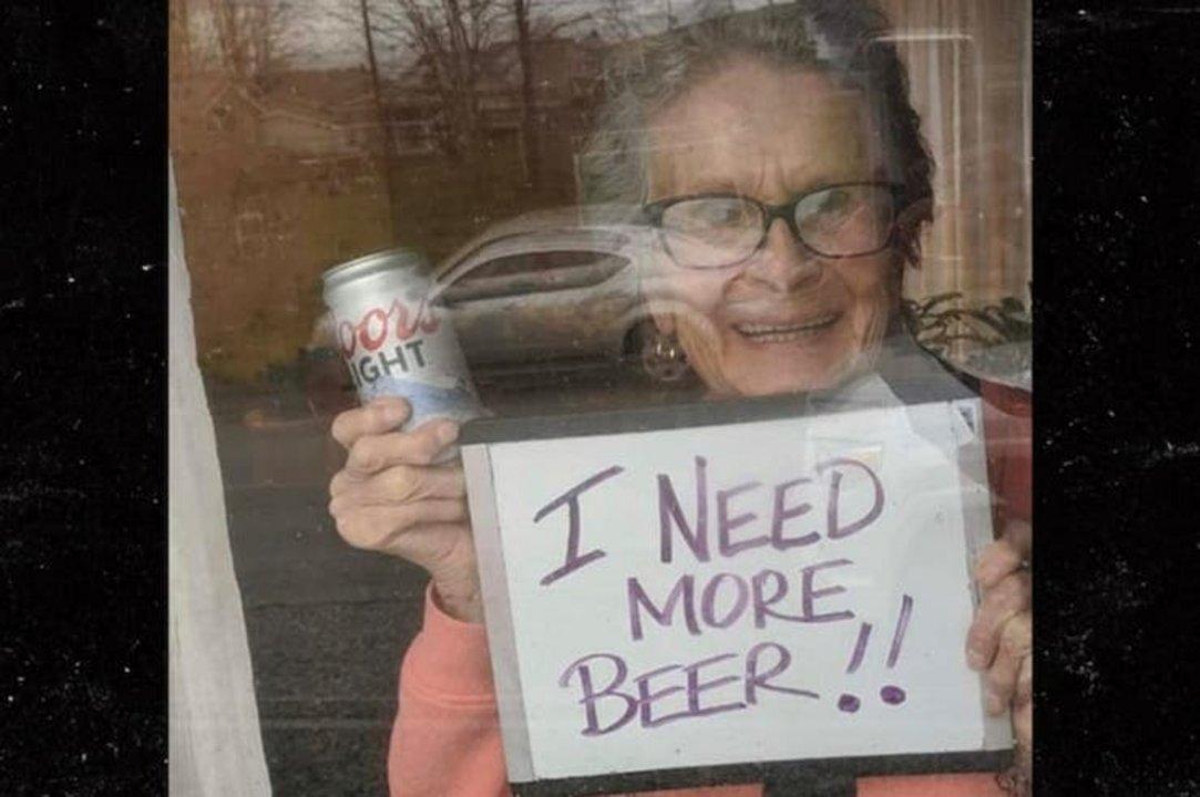 Abuela pide cerveza por la ventana, le regalan 150