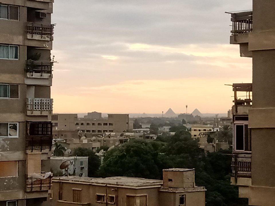 Vista de las pirámides desde la ventana de su departamento en El Cairo