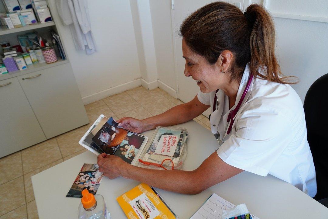 """""""La verdad que extraño terriblemente a mis pacientes; el contacto físico, el abrazarlos"""", admite la pediatra Sandra Barría."""