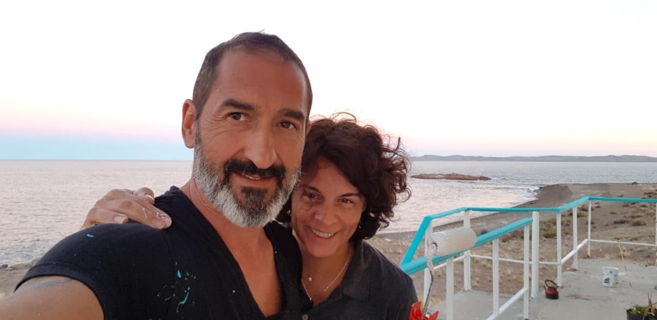 Mara junto a su marido, con quien comparte la pasión por este bello lugar de la Patagonia.
