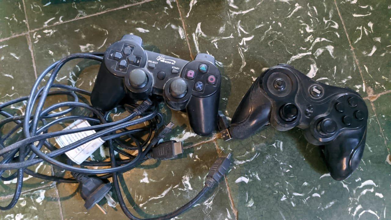 Una playstation también fue secuestrada en el allanamiento. Foto: DIP