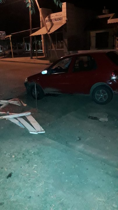 El auto cayó en el bache en la oscuridad de la noche.