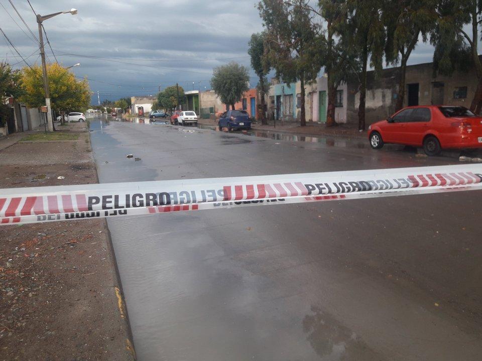 Las calles de Trelew también debieron ser cortadas ante la acumulación de agua. Foto: canal 12